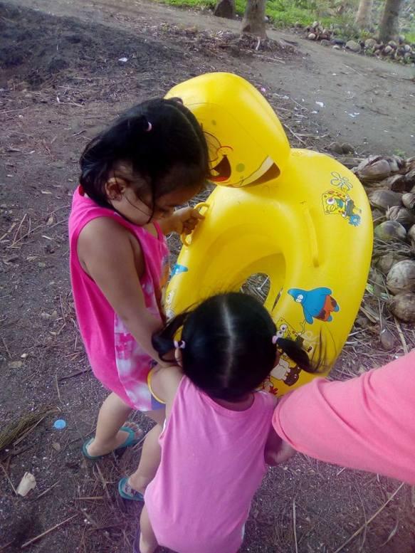 Sasha and Adele while fighting over SpongeBob salbabida