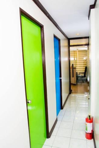 gren and blue room inside conver langunage school
